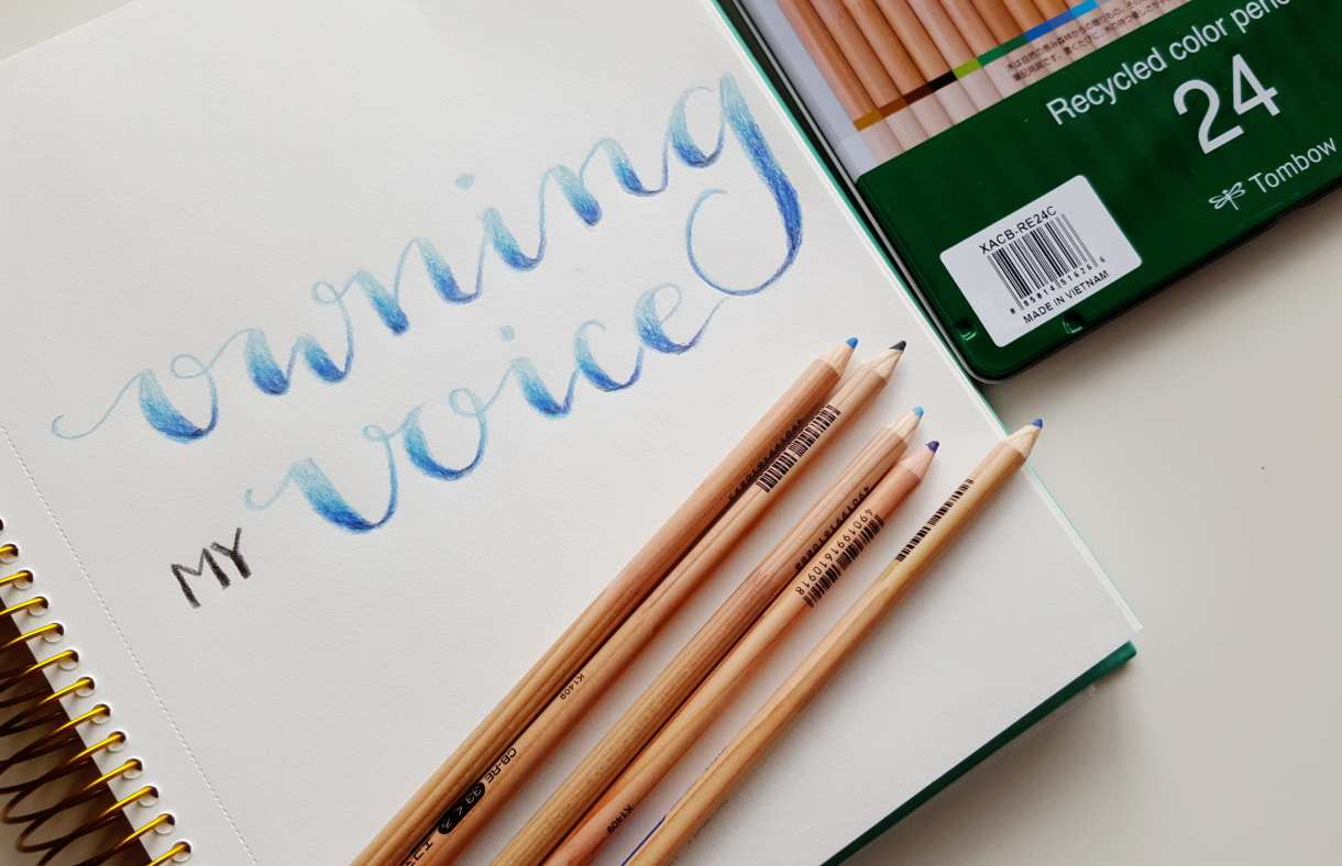 Blending colored pencils gives lettering a beautiful gradient look // www.prettyprintsandpaper.com