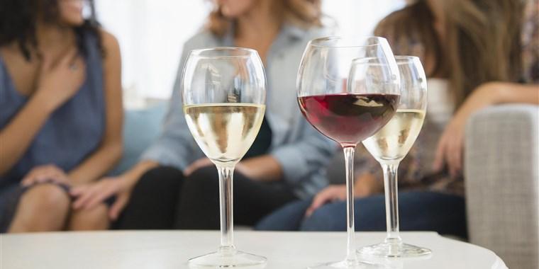 180105-women-drinking-wine-ew-630p_f0eb0b17db2bfd7e11391cd02ff5145b.focal-760x380