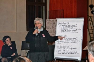 Una rappresentante del gruppo di Chiara espone ciò che è emerso nella discussione precedente.