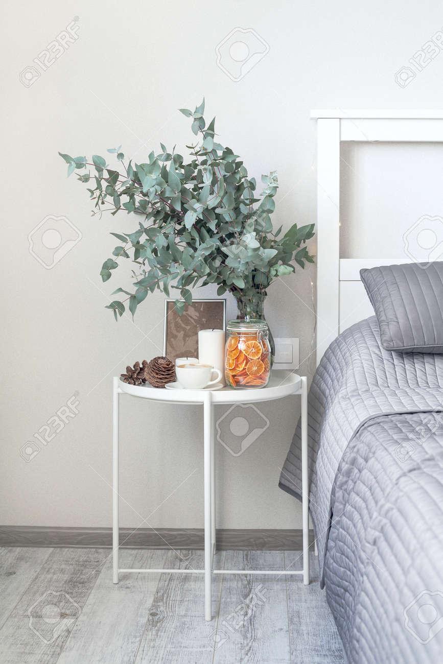 eucalyptus a l interieur cafe du matin sur la table dans la chambre a cote du lit