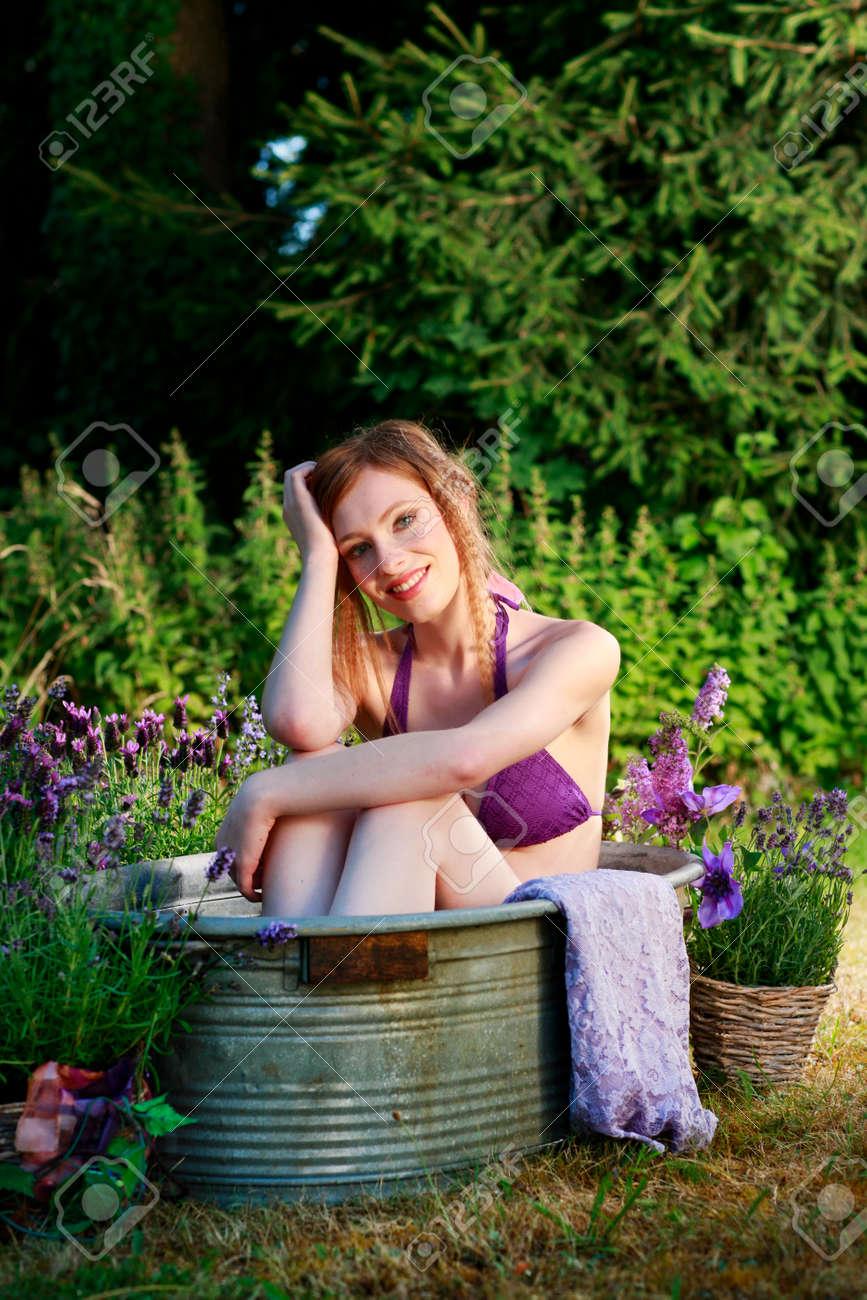 bain attrayant femme dans la vieille baignoire dans le jardin en ete banque d images et photos libres de droits image 75484372
