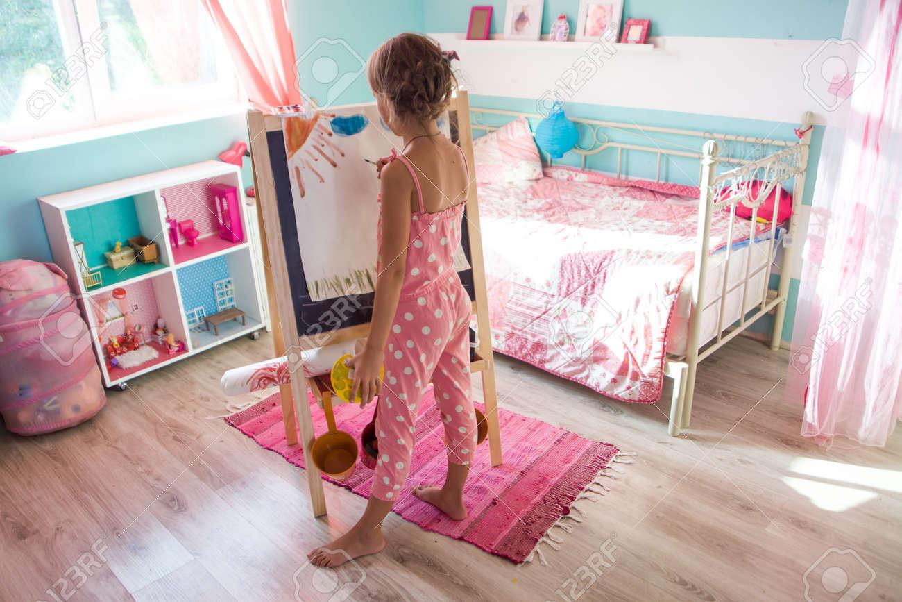 https fr 123rf com photo 32558487 7 8 ans l enfant en s appuyant sur chevalet dans la chambre de l enfant c3 a0 la maison html