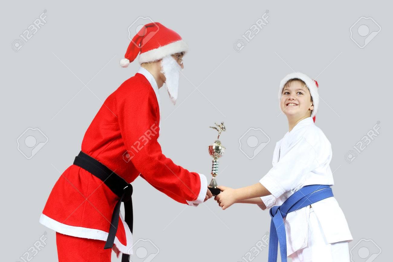 Babbo natale nell'ufficio centrale di babbo natale a rovaniemi in finlandia. Immagini Stock Coppa Karate Babbo Natale Con Una Cintura Nera Da Poco Sportivo Image 34679871