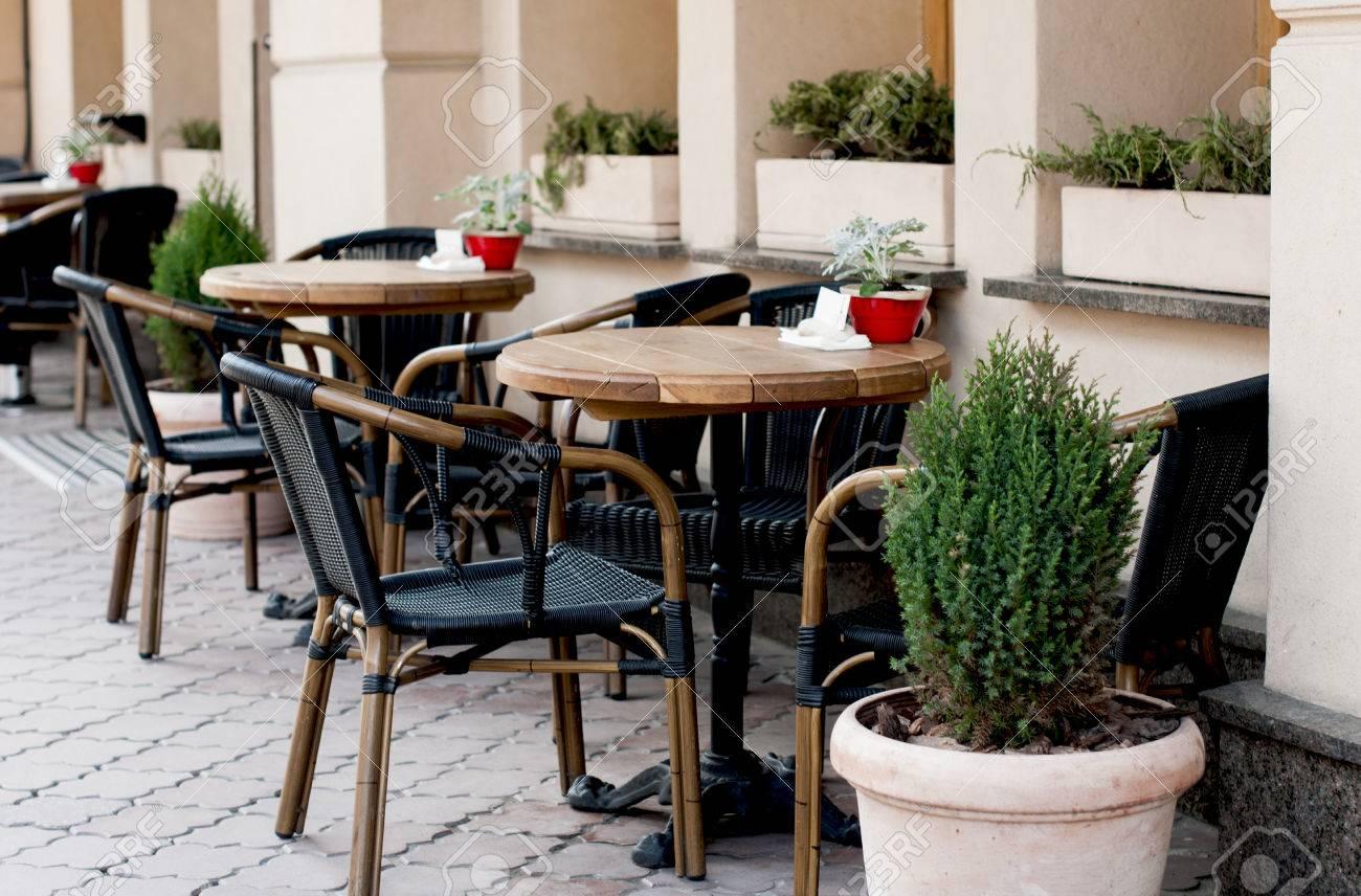 https de 123rf com photo 76903594 offene restaurantterrasse mit holztischen und st c3 bchlen geschm c3 bcckten gr c3 bcnen pflanzen im topf html