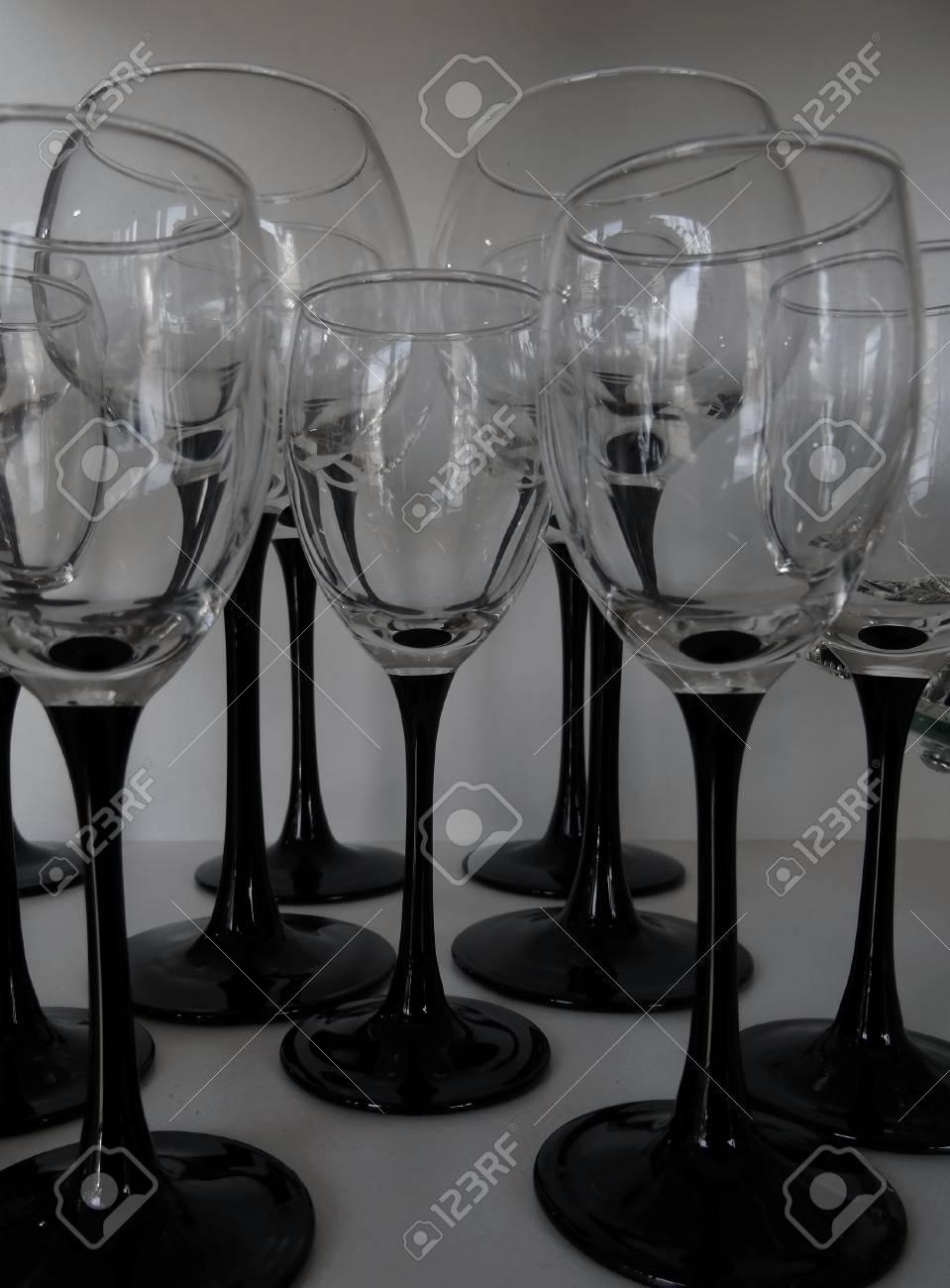 variete des verres a pied noir en blanc studio isole