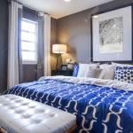 Moderne Schlafzimmer Mit Blauen Wand Und Weisser Bettwasche Lizenzfreie Fotos Bilder Und Stock Fotografie Image 15079437