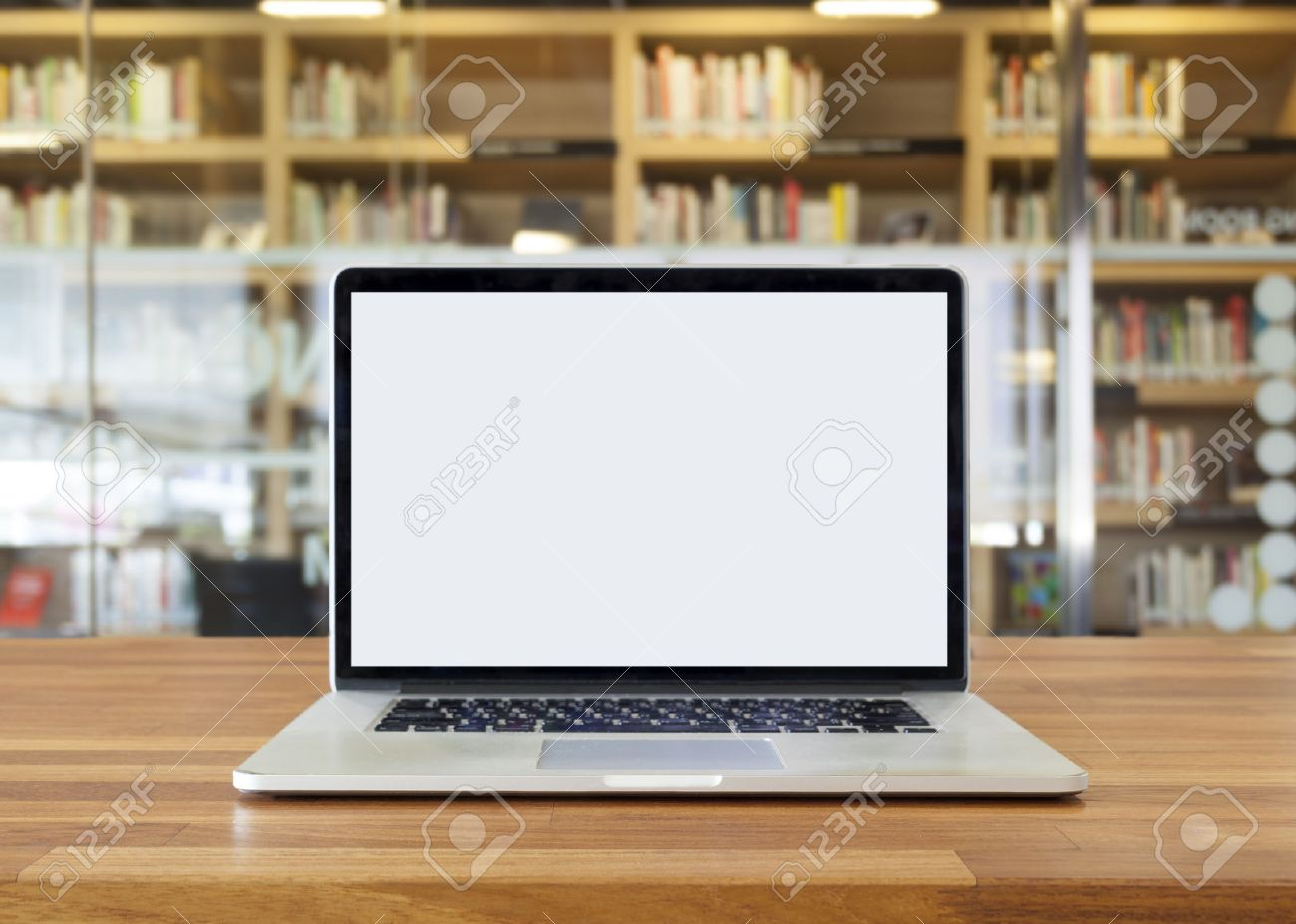 ordinateur portable sur la table sur etagere fond ecran blanc interieur bibliotheque