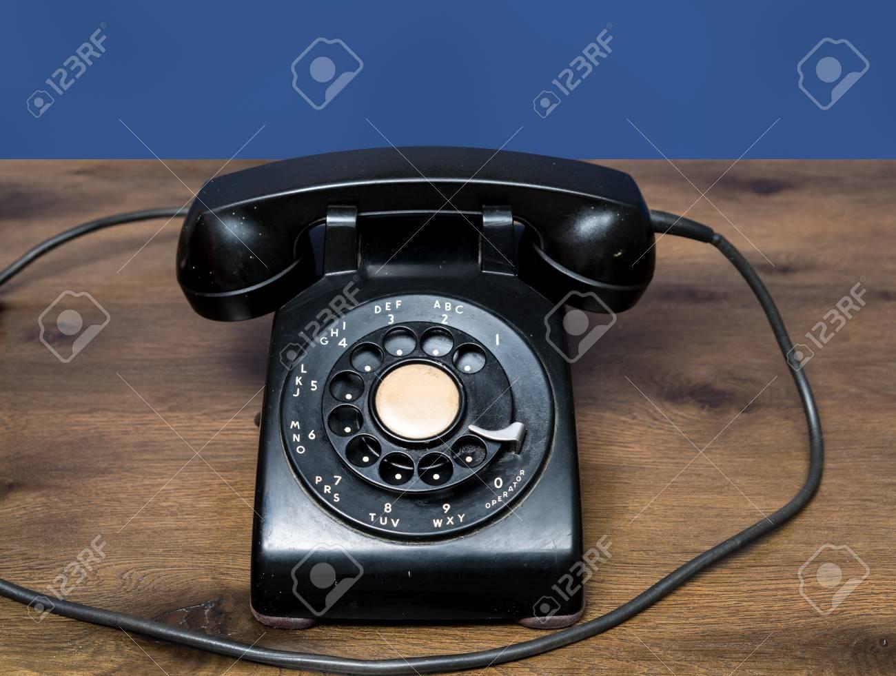 https fr 123rf com photo 90418770 ancien et antique t c3 a9l c3 a9phone c3 a0 cadran sur le bureau en bois avec fond bleu html