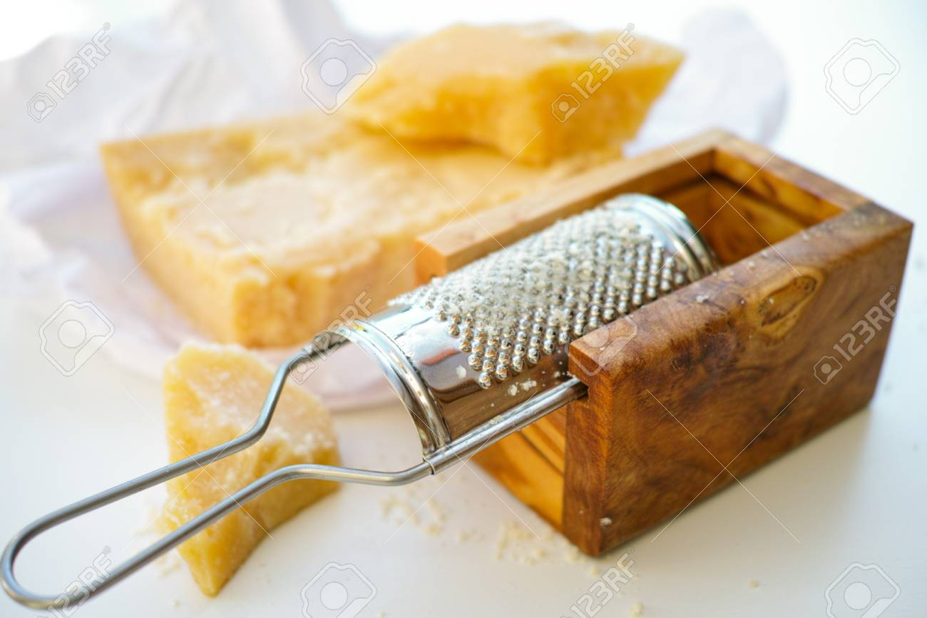 https fr 123rf com photo 65229165 parmesan fromage parmesan r c3 a2p c3 a9 et bois d olivier parmesan r c3 a2pe c3 a0 fromage html