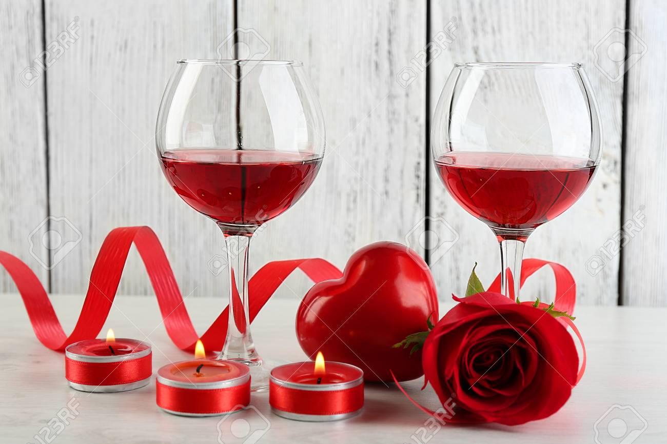 composition avec du vin rouge en verre roses rouges et coeur decoratif sur fond en bois de couleur banque d images et photos libres de droits image 38224002