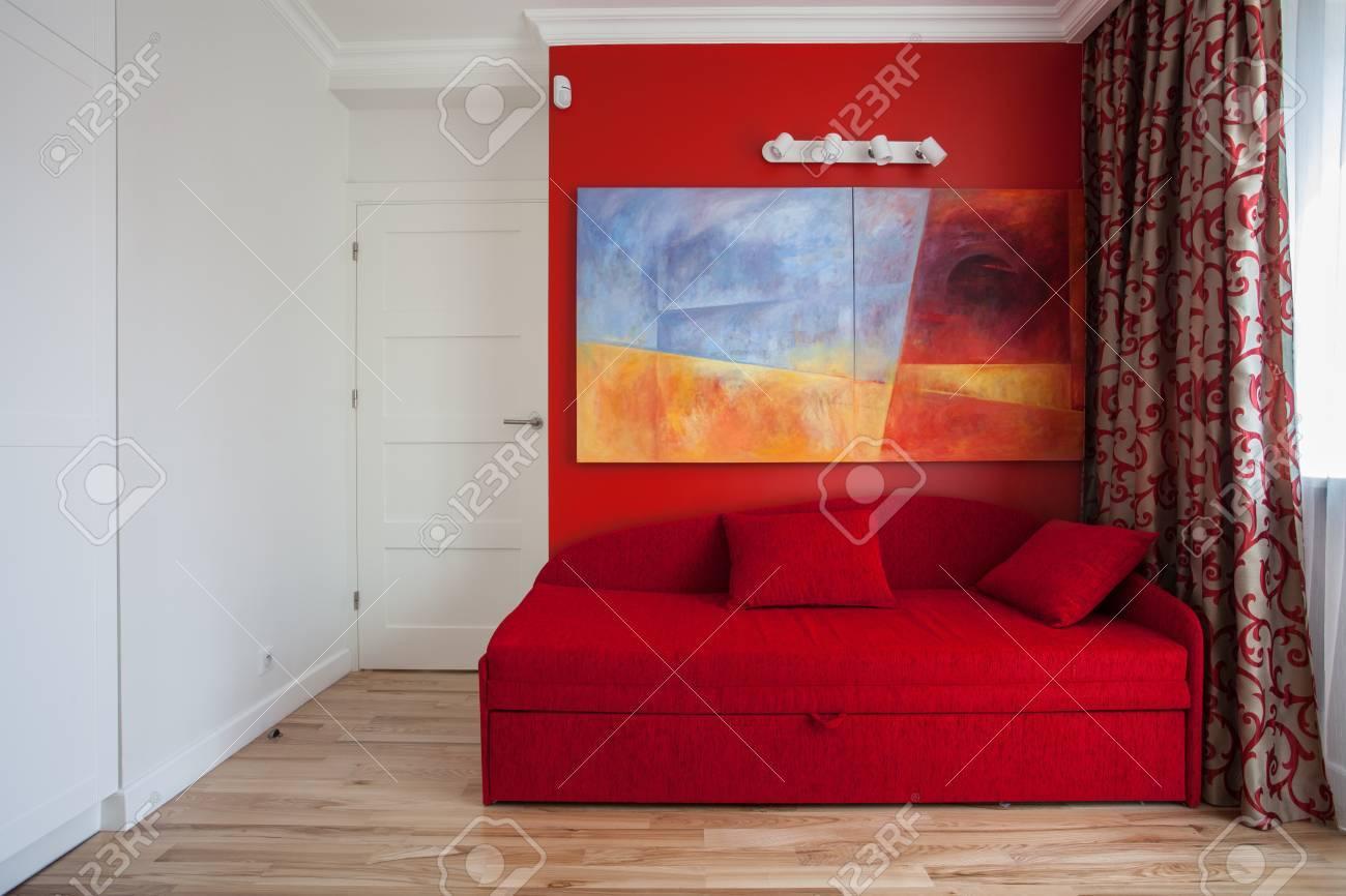 adolescent chambre avec un mur rouge et d un canape