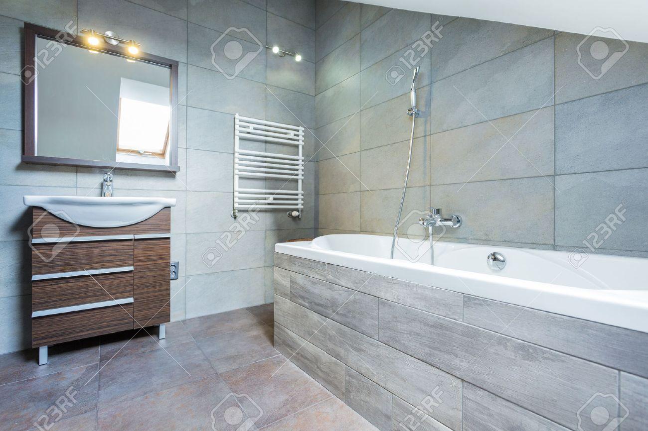 interieur salle de bains avec baignoire et etagere en bois