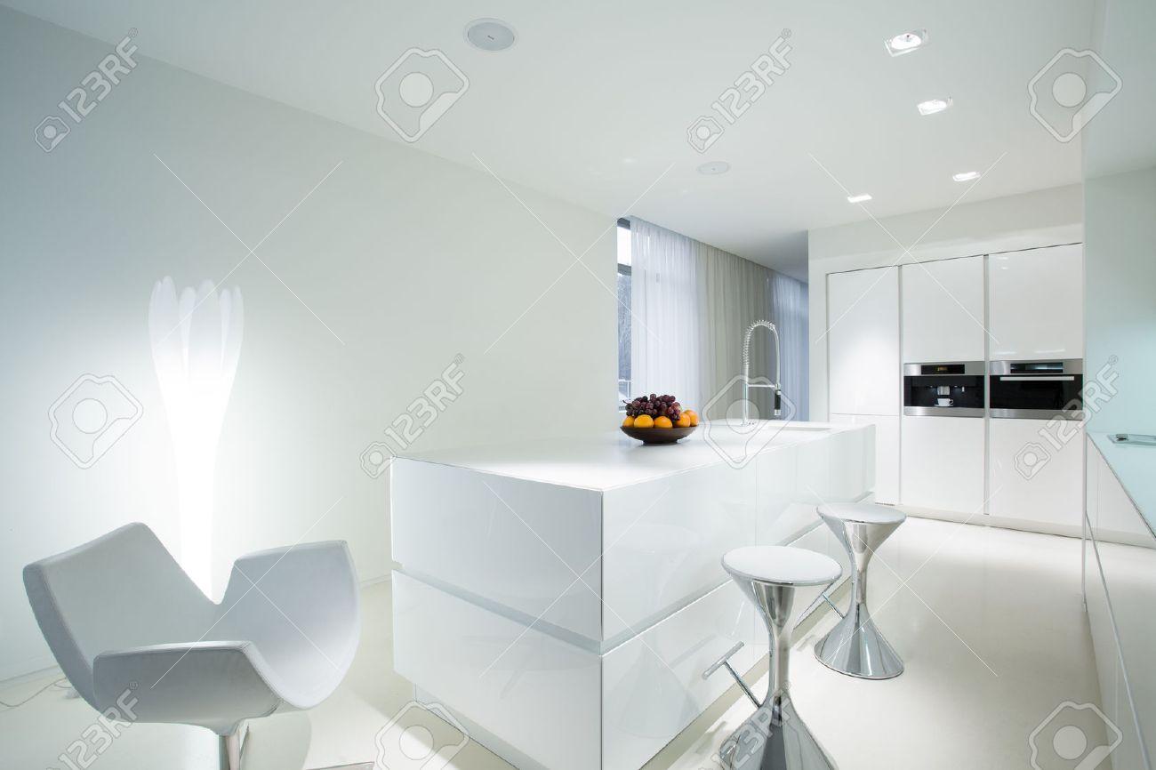 cuisine blanc moderne avec espace salle a manger extravagante