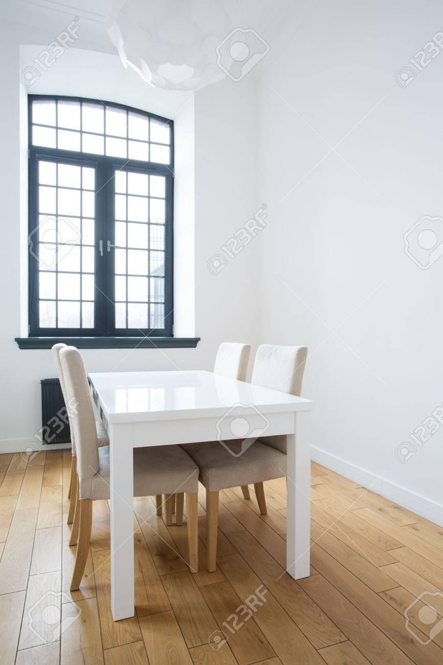 petite table carre blanc dans une salle a manger banque d images et photos libres de droits image 41381043