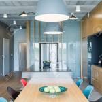 Industriedesign Inter Mit Einem Esstisch Aus Holz Bunte Stuhle Und Dekorative Beleuchtung Lizenzfreie Fotos Bilder Und Stock Fotografie Image 58987526