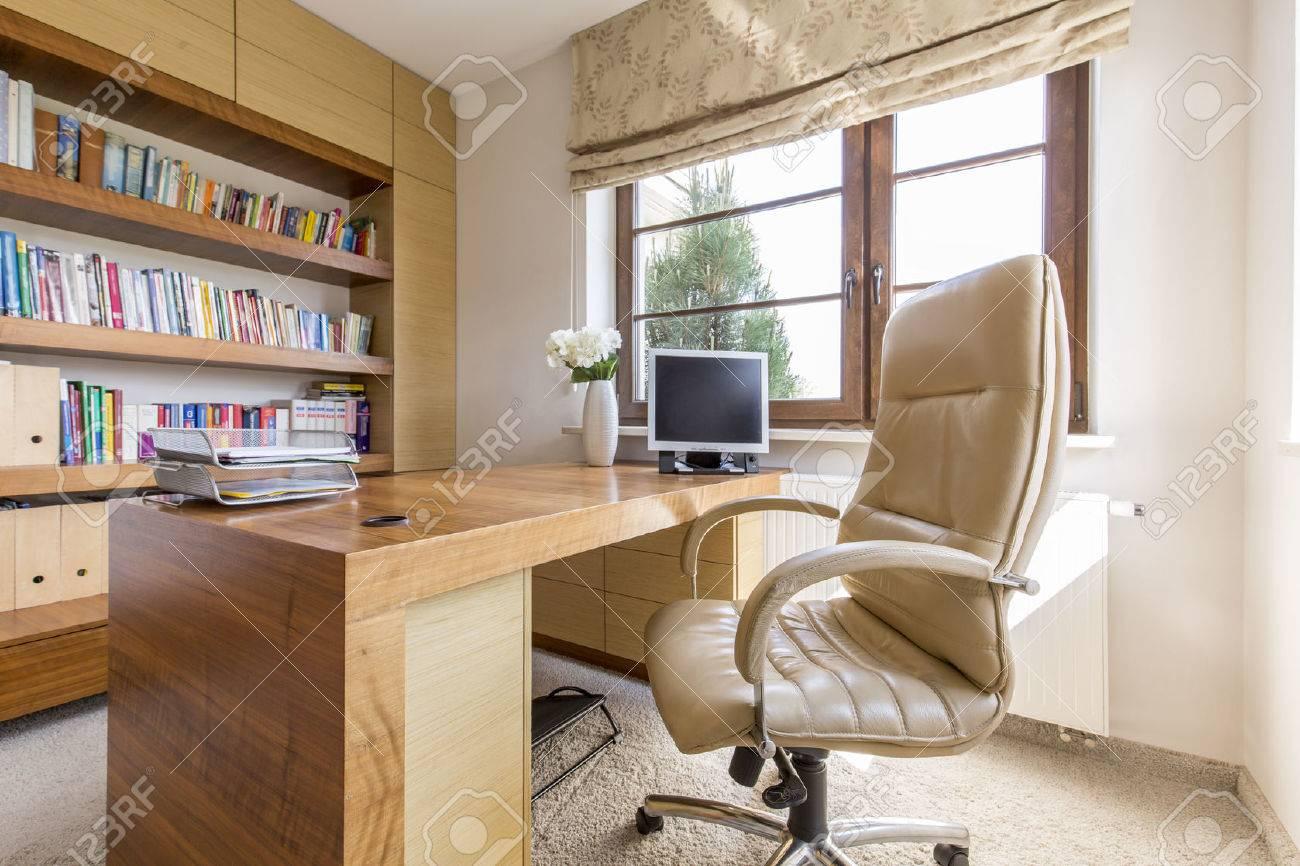tir d une etude moderne avec un grand bureau en bois