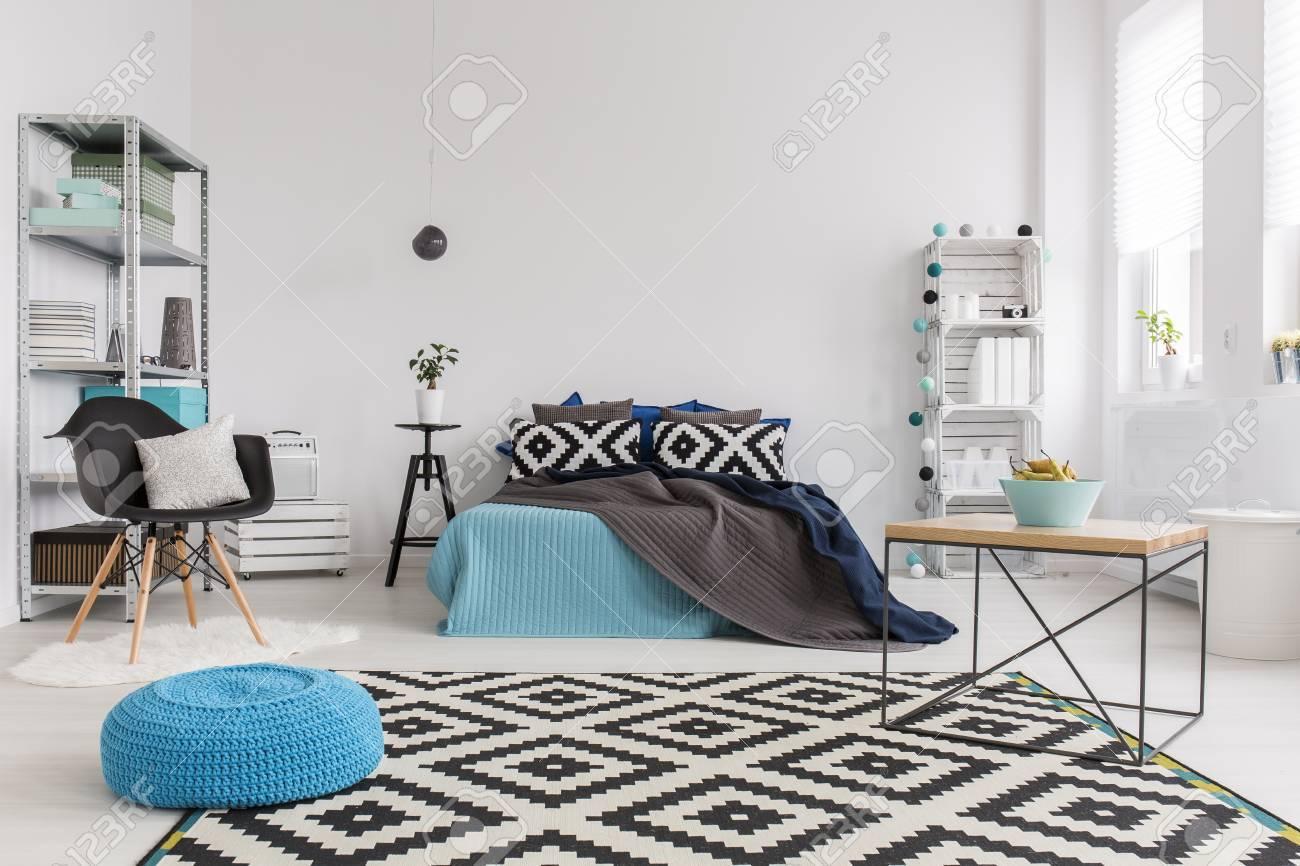 chambre tres lumineuse et spacieuse moderne avec un grand tapis noir et blanc et d un lit confortable decore avec des couvertures et des coussins banque d images et photos libres de droits image