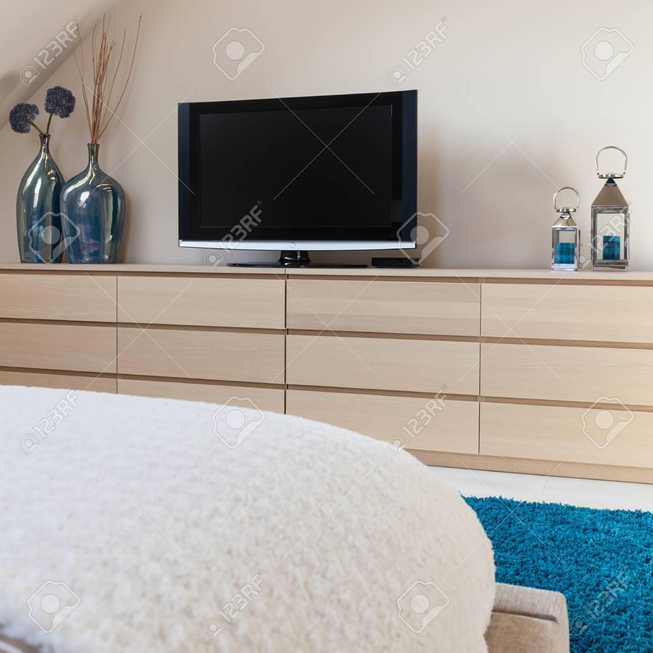 nouvelle television dans une petite chambre moderne banque d images et photos libres de droits image 61583295