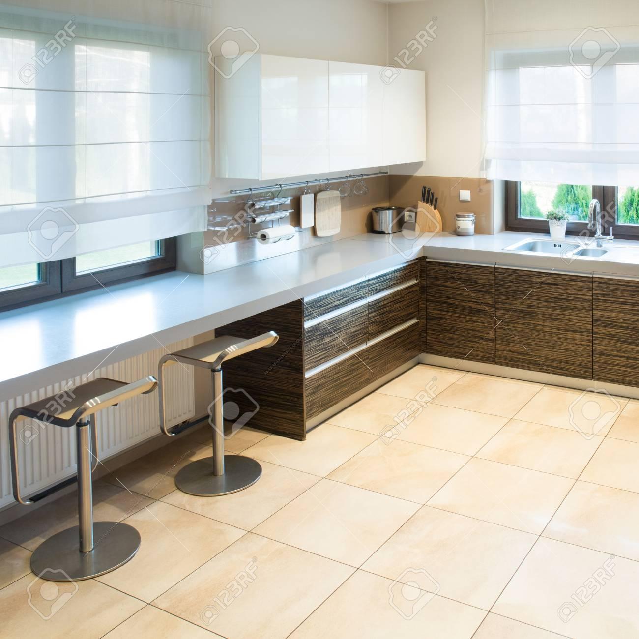 cuisine moderne spacieuse avec un petit espace salle a manger