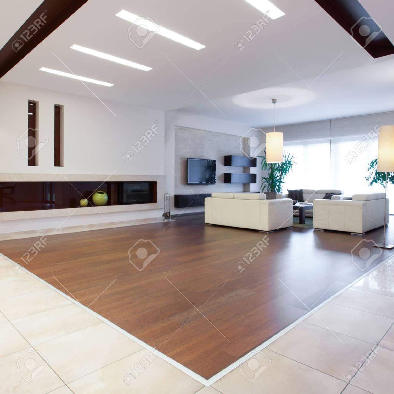 foto von riesigen haus mit einem grossen hellen wohnzimmer