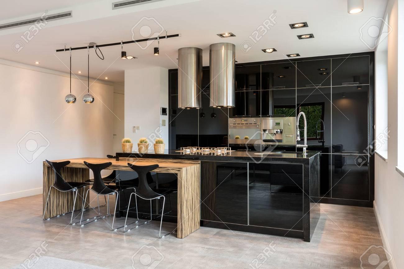 grande cuisine laque noir dans la conception de style moderne