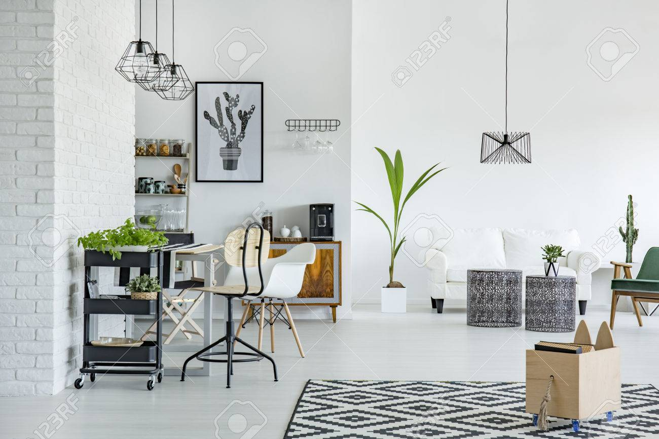 appartement blanc avec motif tapis mur de briques table et canape