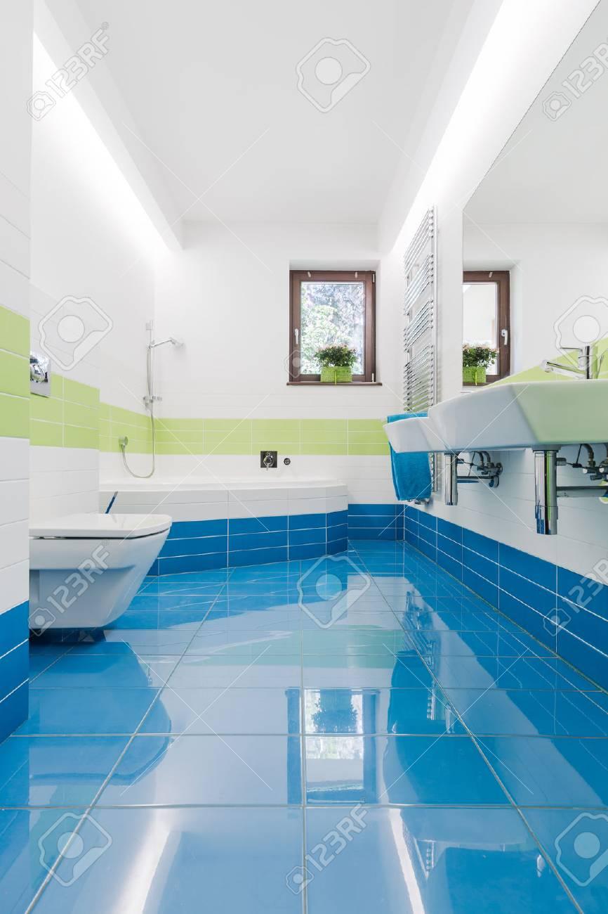 Interieur Petite Salle De Bains Coloree Avec Carrelage Bleu Wc Lavabo Et Baignoire Deux Banque D Images Et Photos Libres De Droits Image 68548551