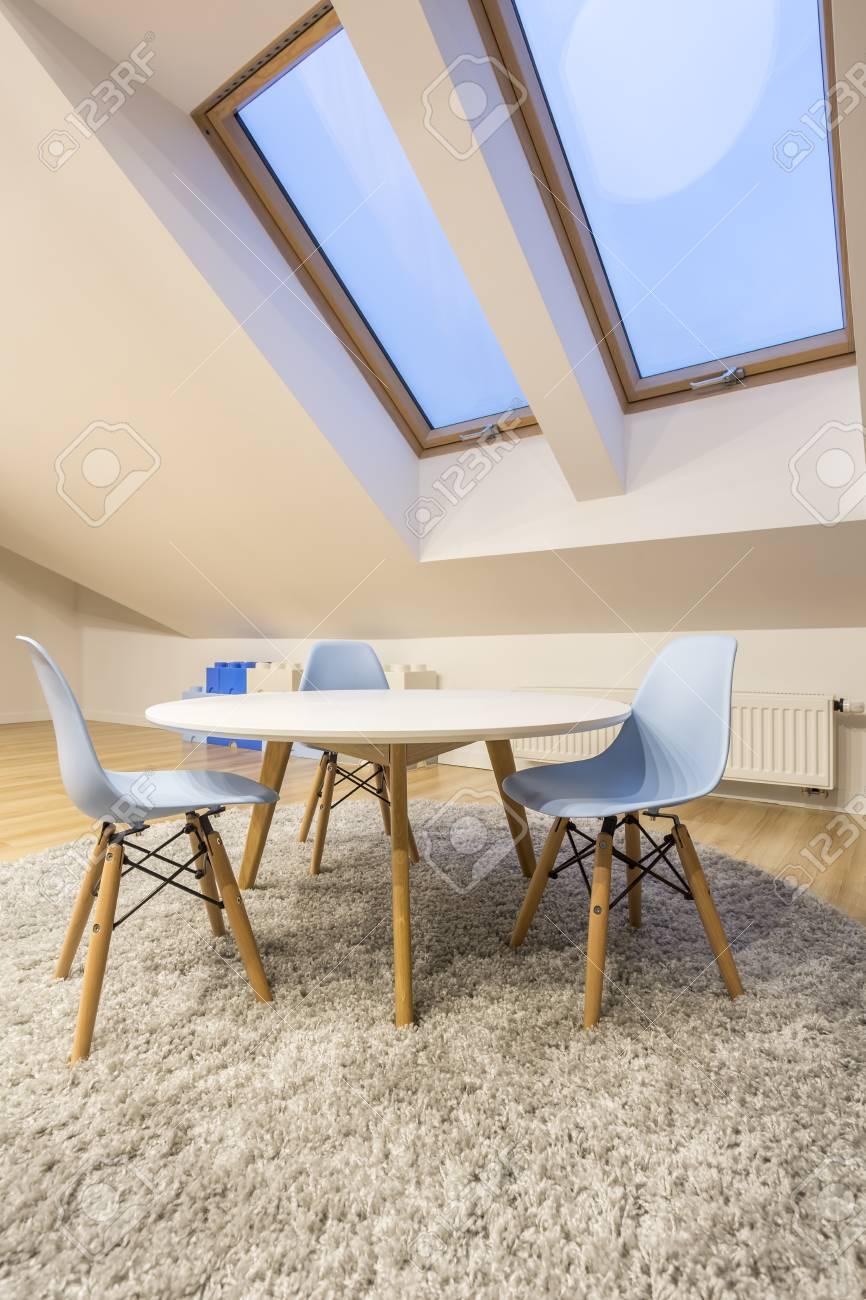 table ronde avec chaises a la chambre mansardee banque d images et photos libres de droits image 70023367