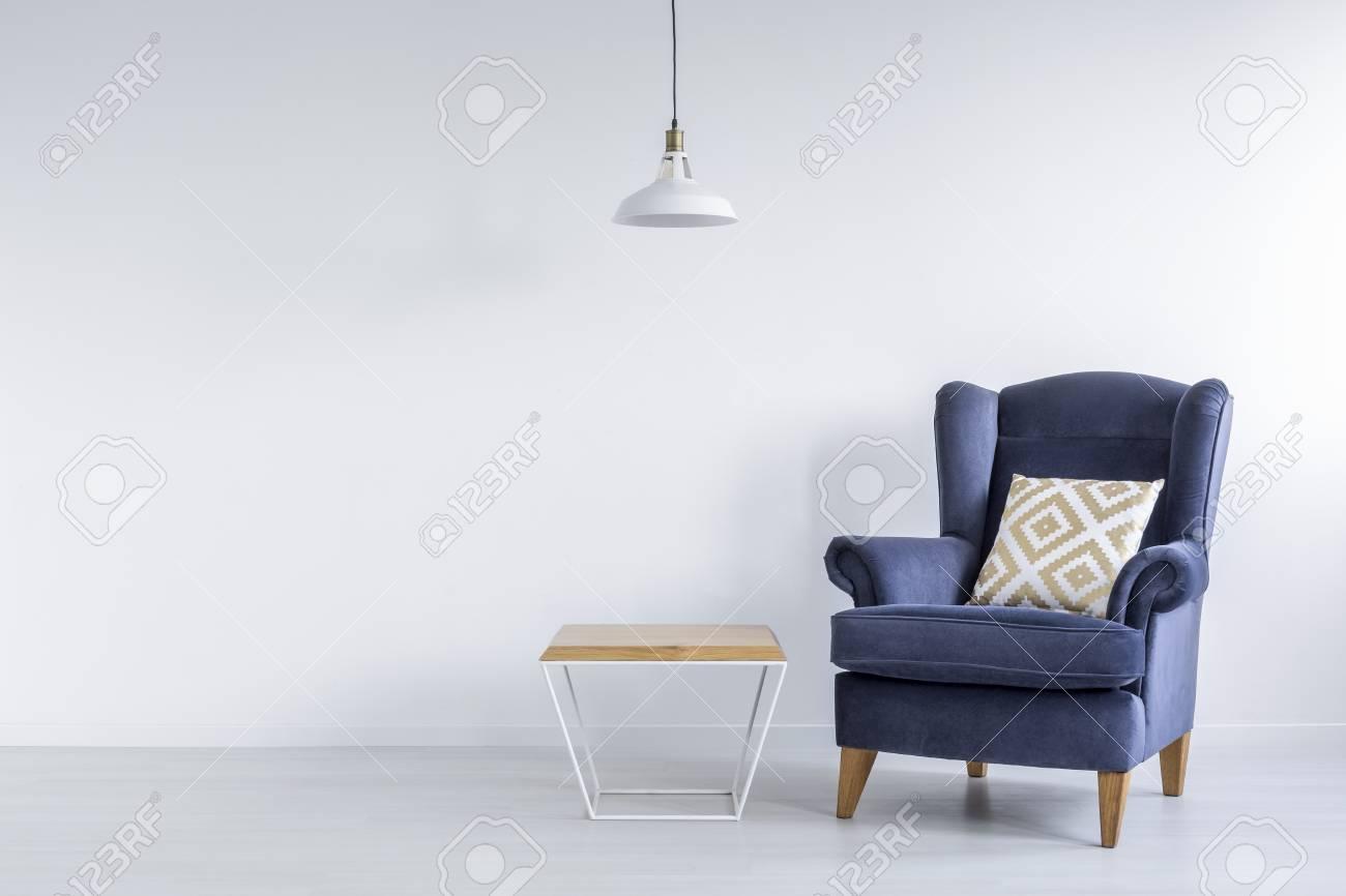 https fr 123rf com photo 71340252 chambre asc c3 a9tique avec fauteuil bleu table de chevet et lampe blanche html