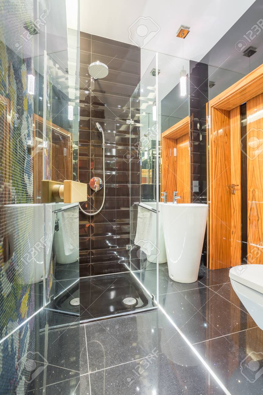 https fr 123rf com photo 74264342 salle de bain de fantaisie avec douche avec porte vitr c3 a9e html