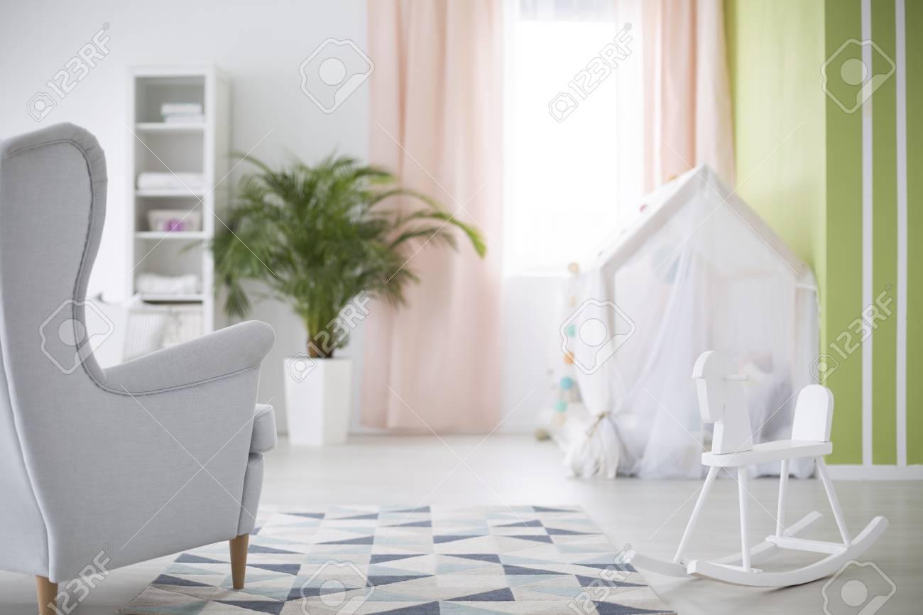 chambre blanche pour bebe avec cheval a bascule et fauteuil banque d images et photos libres de droits image 74489976