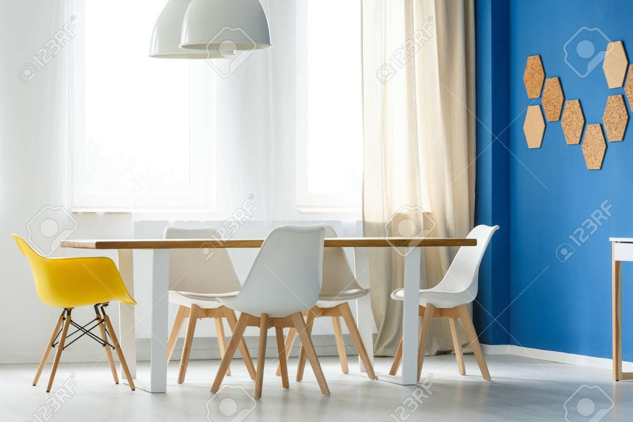 https fr 123rf com photo 83769022 int c3 a9rieur de maison scandinave multifonctionnel avec table commune chaises blanches et jaunes mur bleu html