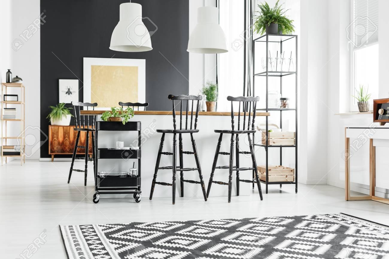 https fr 123rf com photo 85057772 tapis noir et blanc g c3 a9om c3 a9trique dans la cuisine rustique avec des tabourets de bar au comptoir en bois html