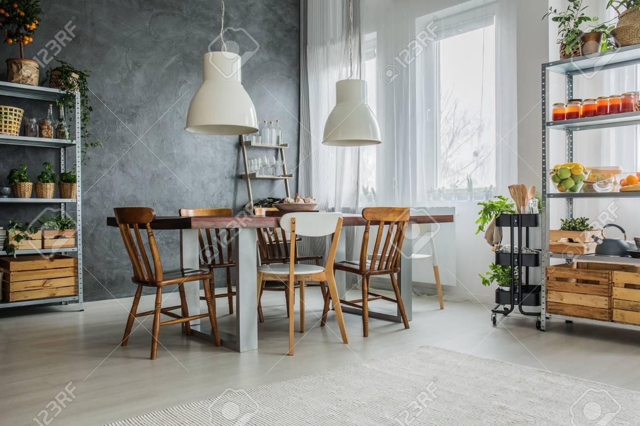 https fr 123rf com photo 85126784 loft confortable avec table c3 a0 manger chaises et c3 a9tag c3 a8res de rangement en m c3 a9tal html