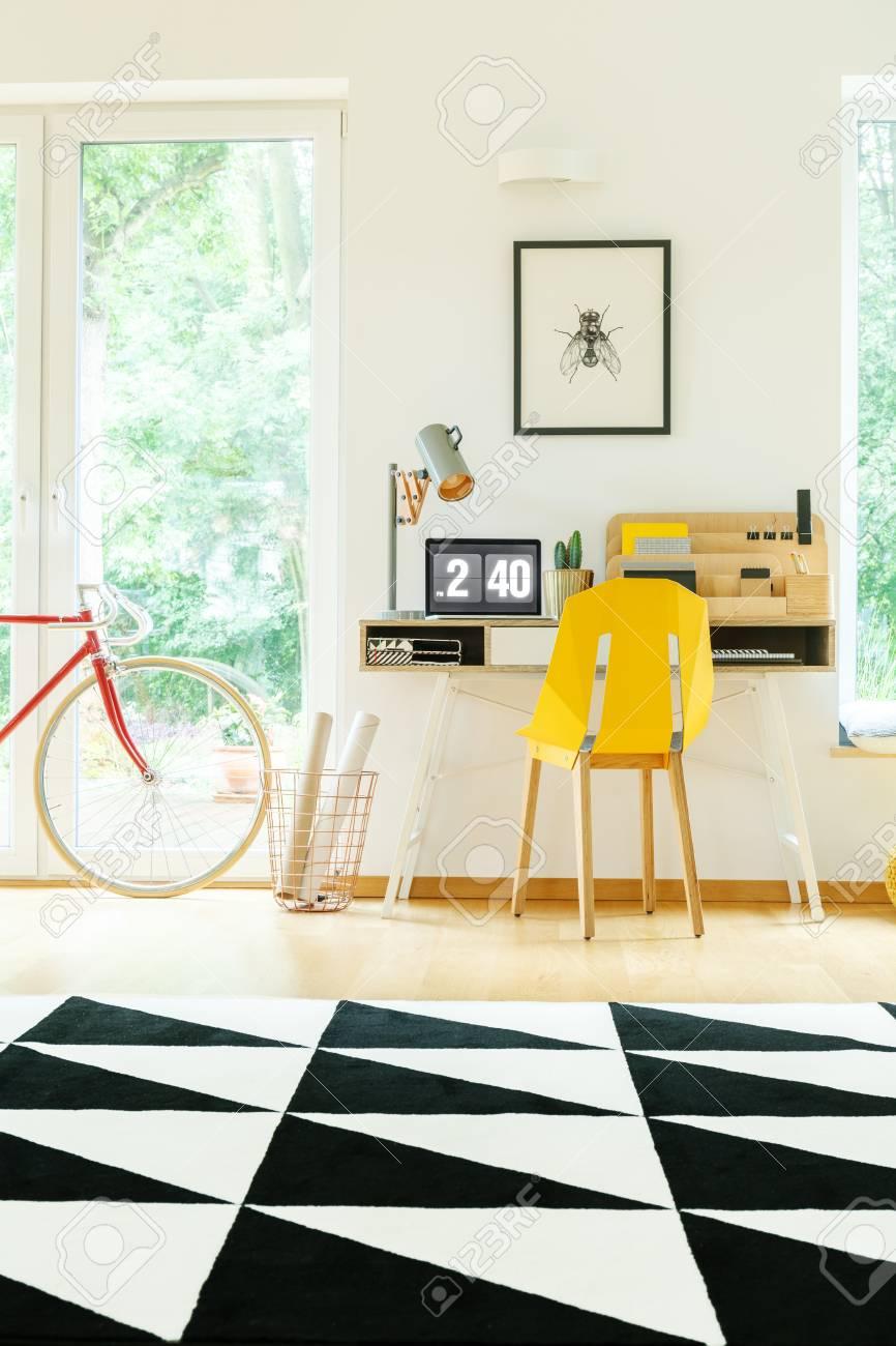 https fr 123rf com photo 89249792 tapis noir et blanc g c3 a9om c3 a9trique dans un sac c3 a0 dos spacieuse avec chaise jaune au bureau avec lampe de trav html