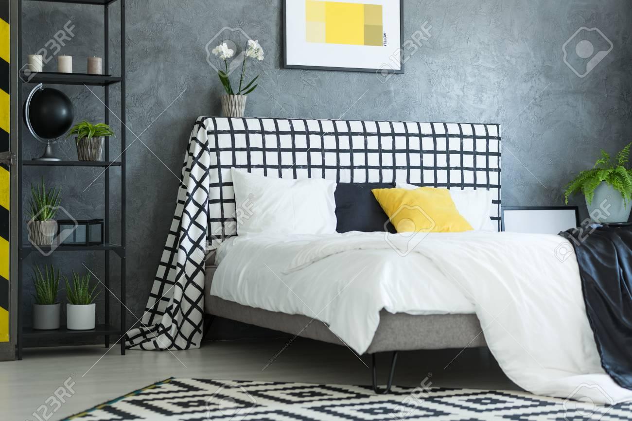https fr 123rf com photo 89249799 oreiller noir et blanc jaune sur le lit king size avec orchid c3 a9e blanche sur la t c3 aate de lit c3 a0 carreaux dans html
