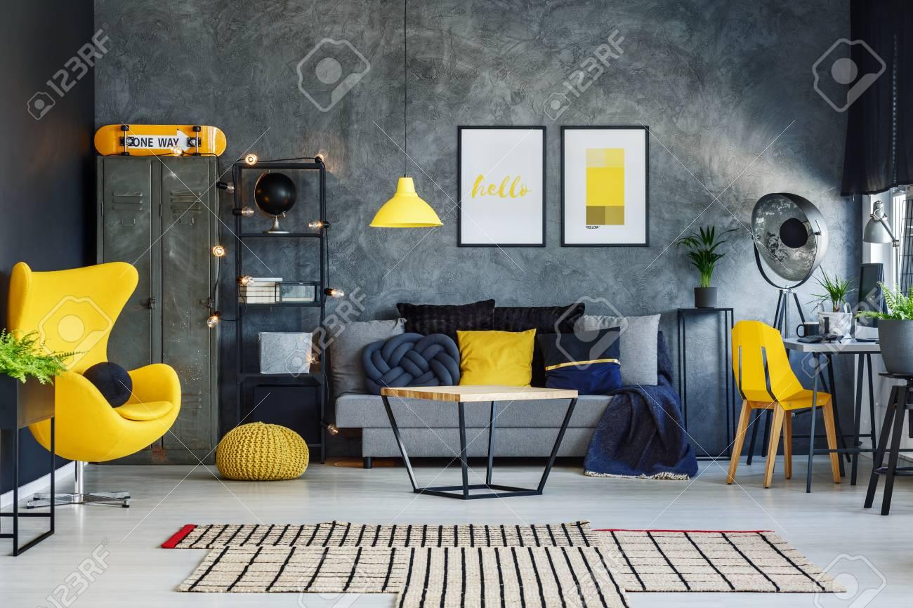 banque d images couverture bleue dans le salon contemporain avec oreiller jaune sur canape gris