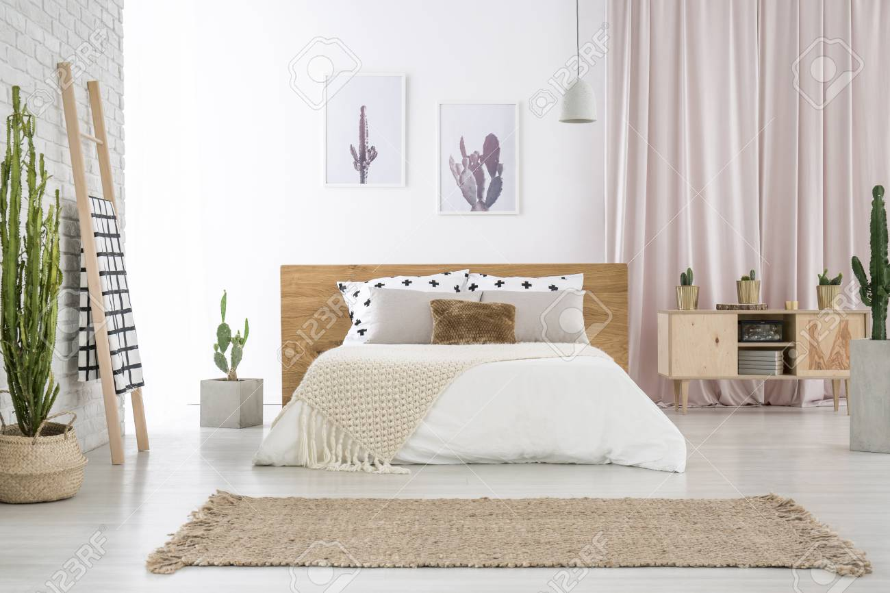tapis beige devant un lit king size pres d une echelle et d un placard dans une chambre spacieuse avec motif cactus banque d images et photos libres de droits image 90226782