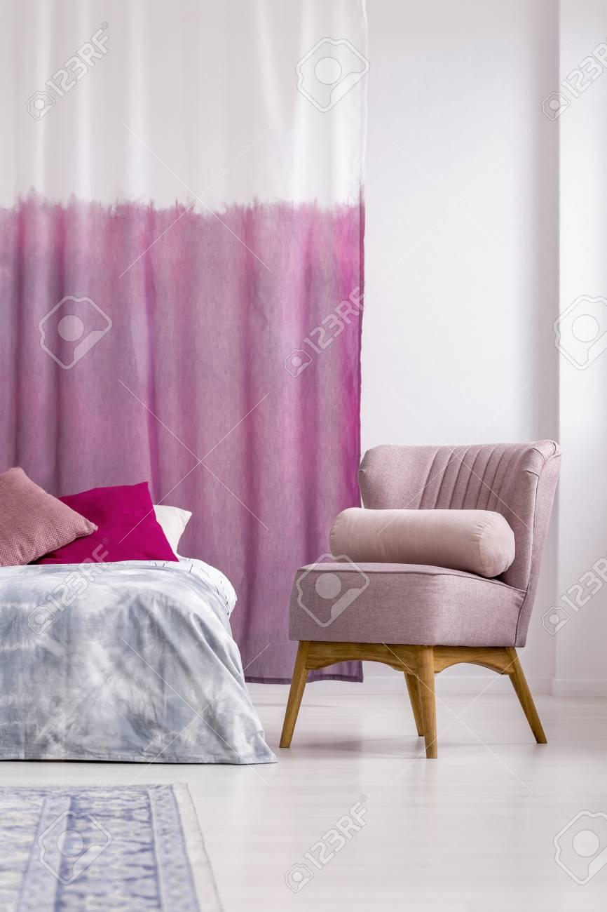 https fr 123rf com photo 90492212 fauteuil rose avec oreiller c3 a0 c c3 b4t c3 a9 du lit dans la chambre de la fille avec rideau blanc et violet html