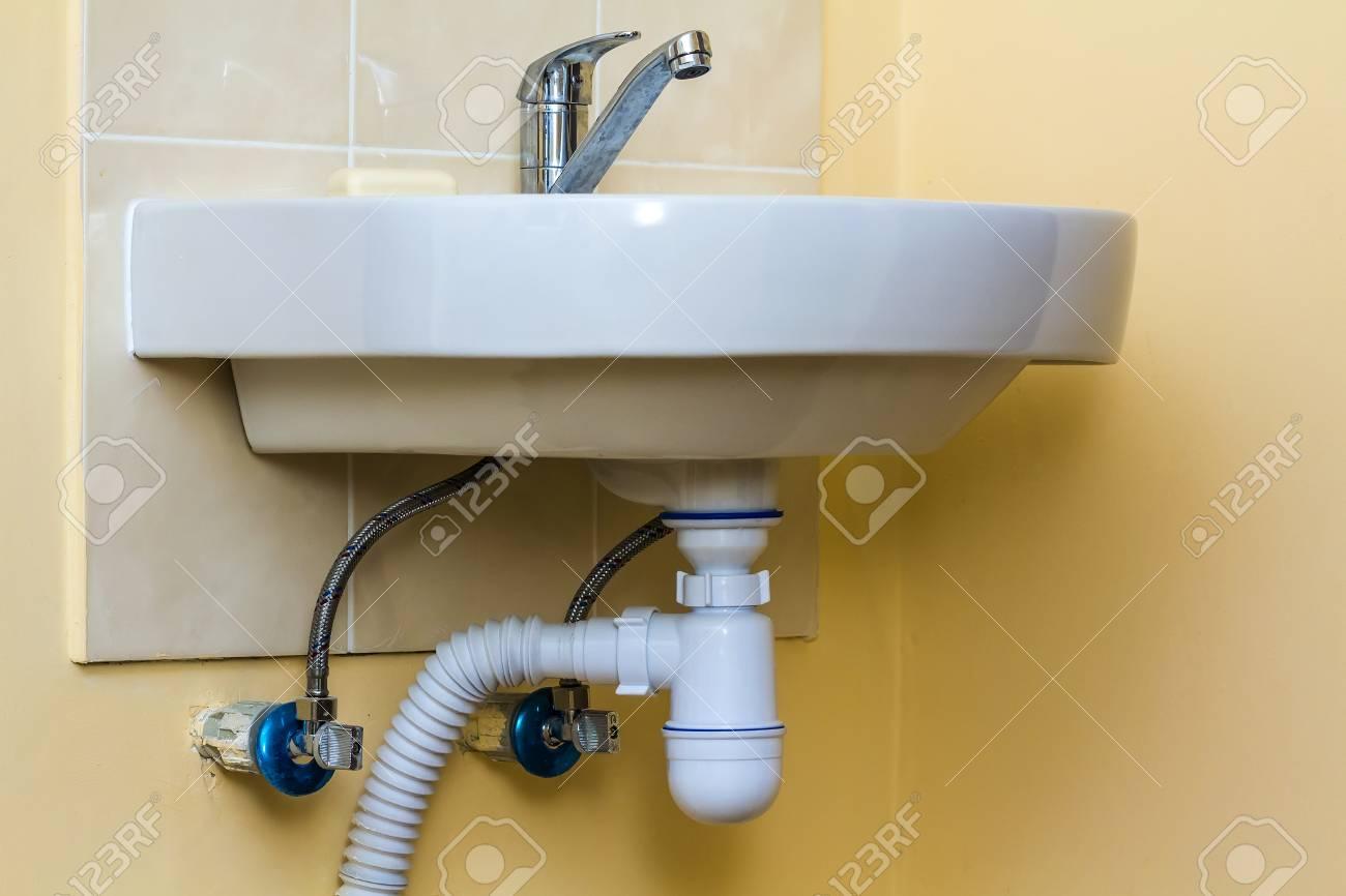 tuyaux d evacuation des eaux usees sous l evier de la cuisine robinetterie et robinets