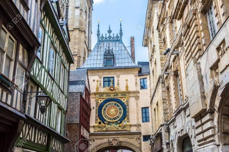 Reloj En La Rue Du Gros-Horloge En Rouen En Un Día De Verano ...