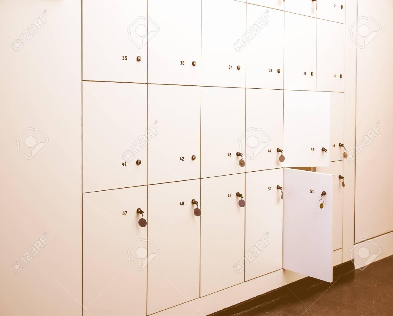 casiers armoires dans un vestiaire a l ecole ou d un musee ou d une station millesime