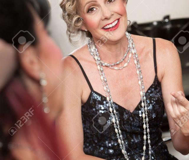 Foto De Archivo Un Par De Elegantes Mujeres Maduras Hablando En El Salon De Pelo
