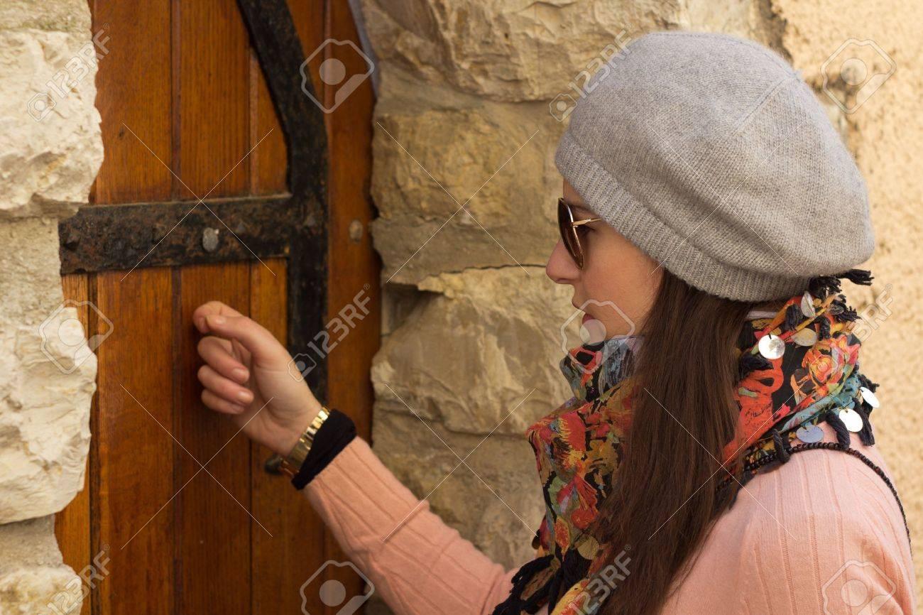Resultado de imagen de imágenes mujer llamando a una puerta