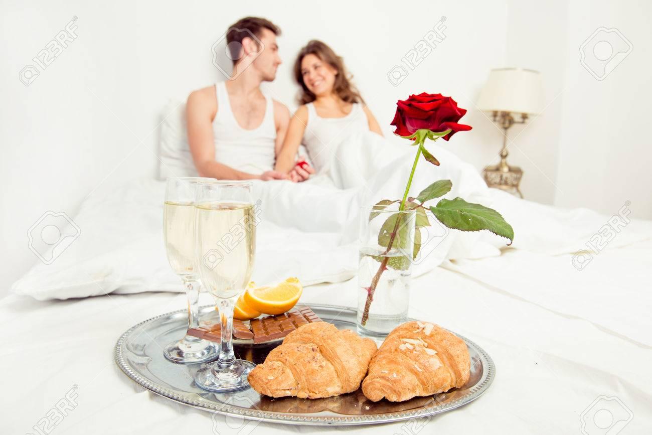 couple amoureux petit dejeuner romantique dans la chambre