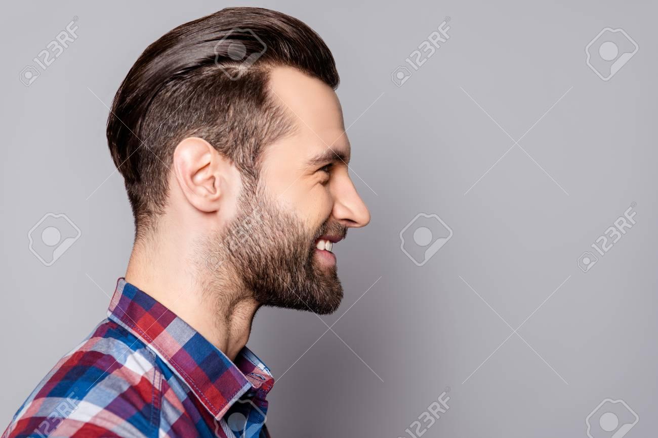 banque d images portrait vue cote de jeune beau homme souriant a elegant coupe de cheveux debout contre arriere plan gris