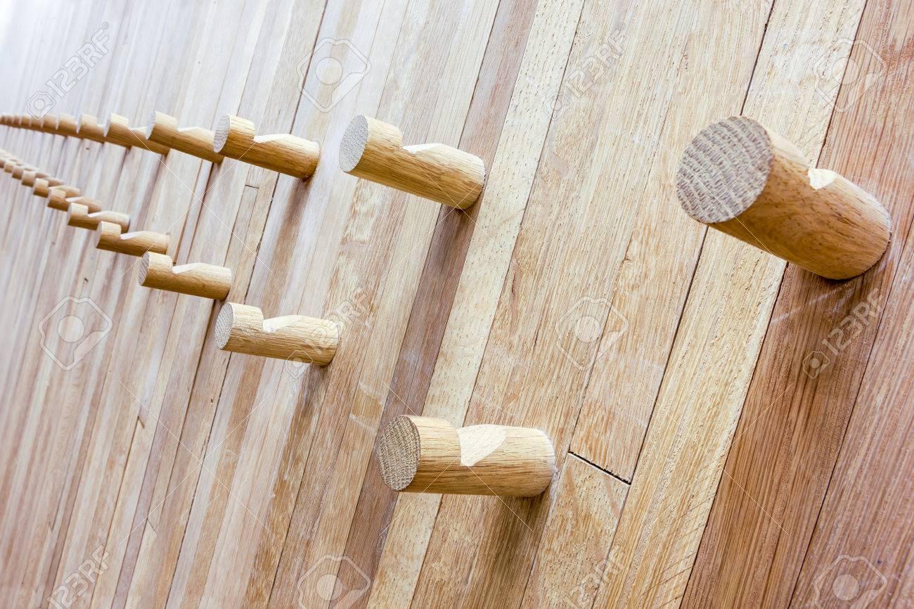 banque d images un mur en bois de pentecote certains porte manteau en bois