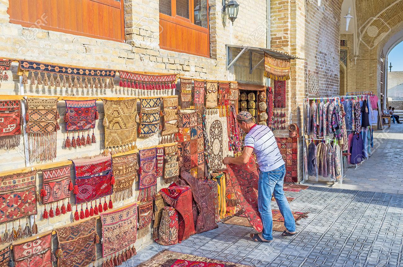 bukhara ouzbekistan 28 avril 2015 le marchand de tapis etait sur le tapis a cote de son etal le 28 avril a boukhara