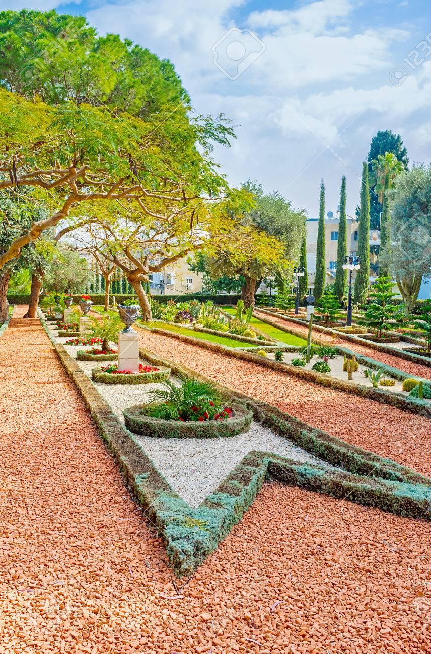 la beaute du jardin d ornement avec des chemins de gravier des plantes et des parterres de fleurs geometriques jardins bahai de haifa israel