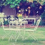 Weiss Tisch Und Stuhle In Einem Schonen Garten Vintage Stil Bilder Lizenzfreie Fotos Bilder Und Stock Fotografie Image 36742598